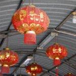 Typisch alte chinesische Deckenleuchten in rot und gold.