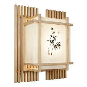 Eine japanische wandlampe mit einem bambusmotiv aus holz.